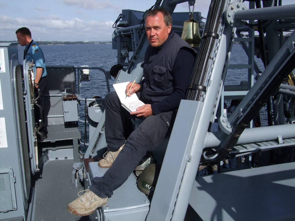 Olaf Rahardt bei der Arbeit auf Schnellboot S78 Ozelot (P6128).